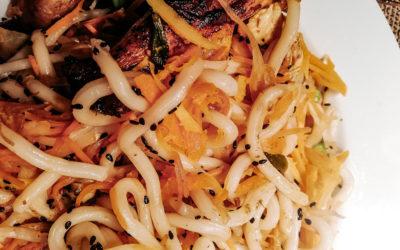 Udon-Noodles mit viel Gemüse, gebratener Pouletbrust und mariniertem Tofu
